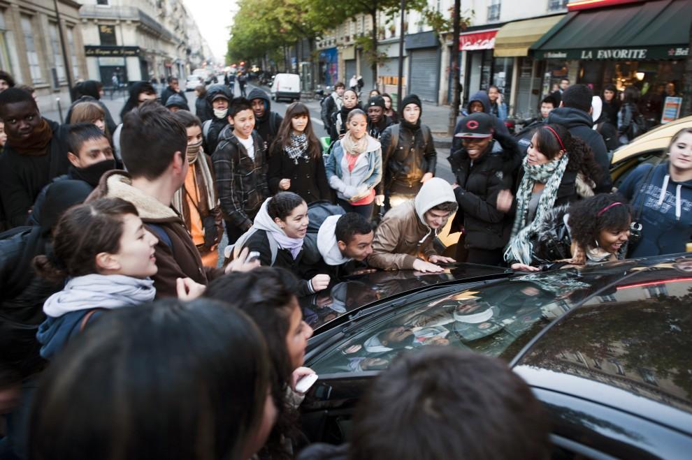 27. FRANCJA, Paryż, 18 października 2010: Licealiści przestawiają samochód aby zablokować jedną z ulic. AFP PHOTO / FRED DUFOUR