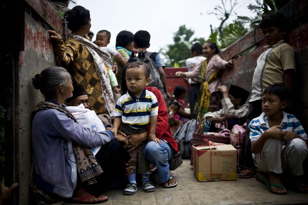 25. INDONEZJA, Yogyakarta, 26 października 2010: Ewakuowani mieszkańcy jednej z wiosek zagrożonej przez wulkan. (Foto: Ulet Ifansasti/Getty Images)