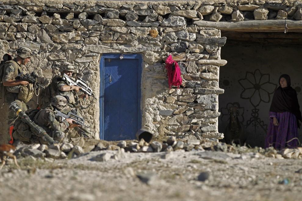 26. AFGANISTAN, Surobi, 21 września 2010: Afganka przygląda się żołnierzom patrolującym wioskę. AFP PHOTO/Joel SAGET