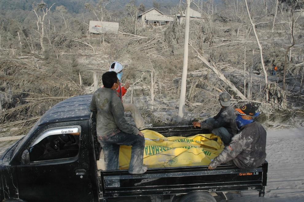 26. INDONEZJA, Sleman, 27 października 2010: Ekipa ratunkowa szuka ofiar erupcji wulkanu. AFP PHOTO / CLARA PRIMA