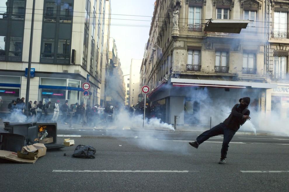 29. FRANCJA, Lyon, 15 października 2010: Licealista rzuca racę w kierunku oddziałów policji. AFP PHOTO / JEAN-PHILIPPE KSIAZEK