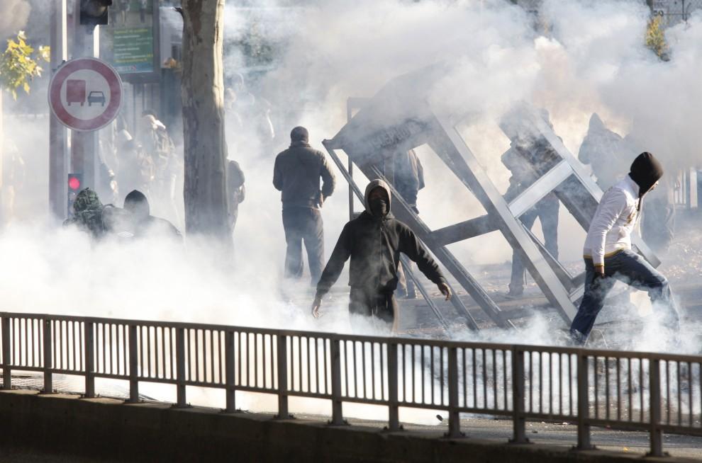 30. FRANCJA, Nanterrem 18 października 2010: Młodzież niszczy budkę telefoniczną podczas starcia z policją. AFP PHOTO THOMAS SAMSON