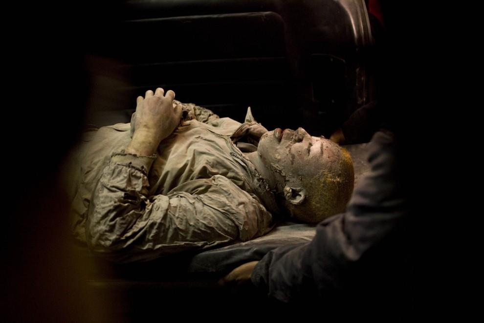 28. INDONEZJA, Yogyakarta, 26 października 2010: Ratownicy medyczni transportują na noszach mieszkańca pobliskiej wioski. (Foto: Ulet Ifansasti/Getty Images)