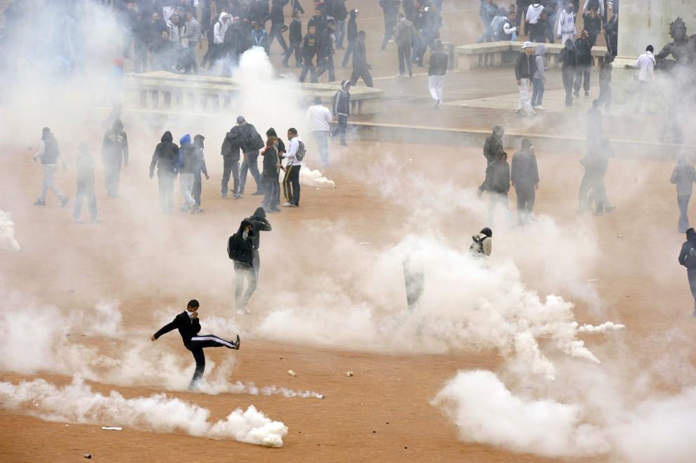 31. FRANCJA, Lyon, 19 października 2010: Licealiści podczas starć z policją na ulicach Lyionu. AFP PHOTO/PHILIPPE DESMAZES