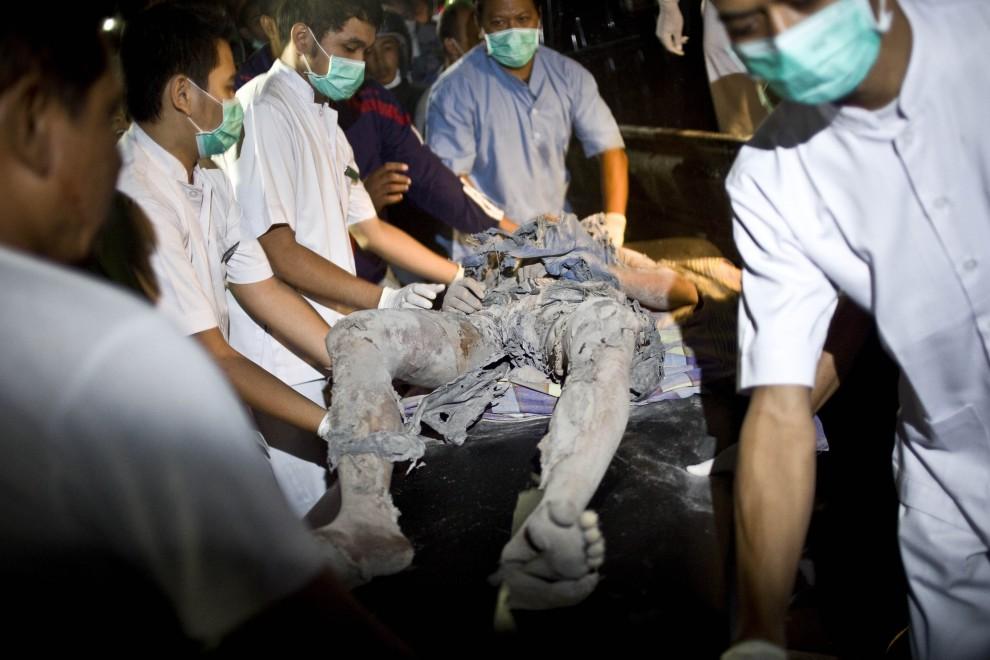 29. INDONEZJA, Yogyakarta, 26 października 2010: Ratownicy medyczni transportują na noszach poparzonego mieszkańca pobliskiej wioski. (Foto: Ulet Ifansasti/Getty Images)