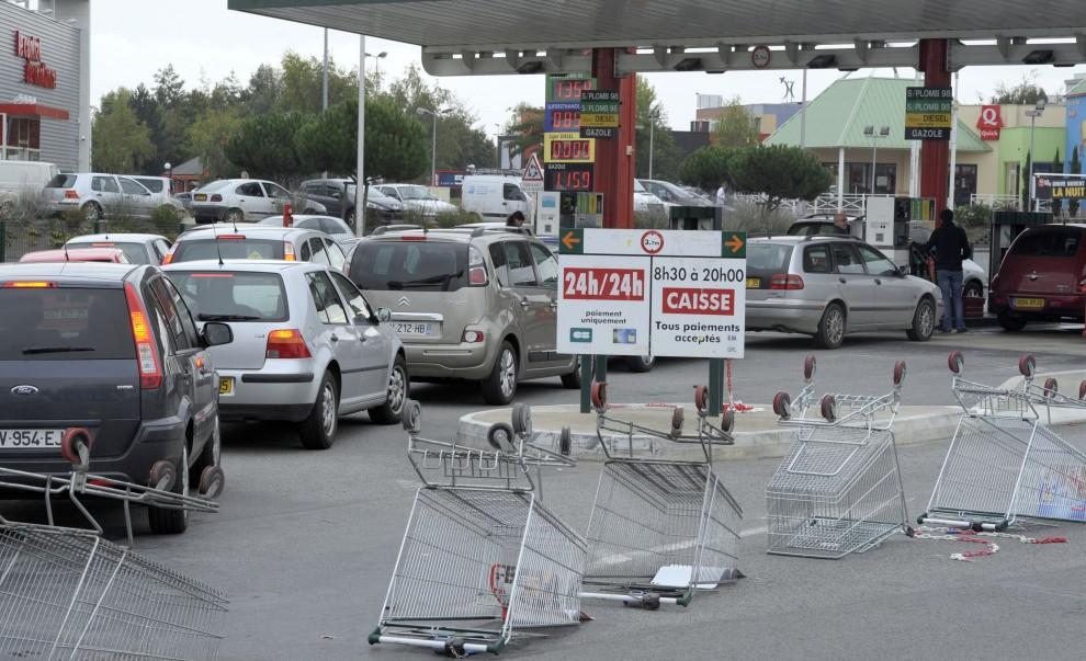 2. FRANCJA, Rennes, 18 październik 2010: Kierowcy w samochodach stoją w kolejce do dystrybutorów paliwa. AFP PHOTO DAMIEN MEYER