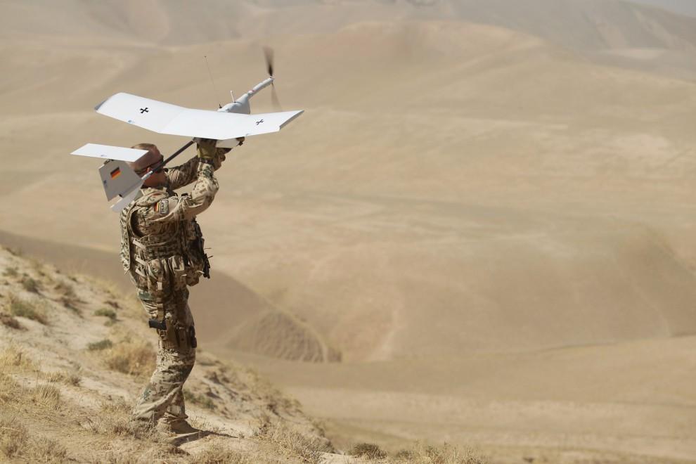 2. AFGANISTAN, Fajzabad, 17 października 2010: Niemiecki żołnierz wypuszcza bezzałogowy aparat latający EMT Aladin. (Foto: Miguel Villagran/Getty Images)