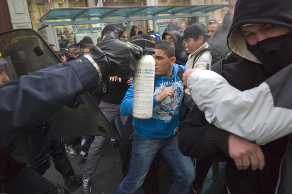 32. FRANCJA, Lyon, 15 października 2010: Policjant z wymierzonym w protestujących pojemnikiem z gazem łzawiącym. AFP PHOTO / JEAN-PHILIPPE KSIAZEK