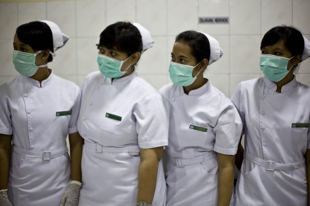 30. INDONEZJA, Yogyakarta, 26 października 2010: Sanitariuszki pracujące w szpitalu czekają na transport z rannymi. (Foto: Ulet Ifansasti/Getty Images)