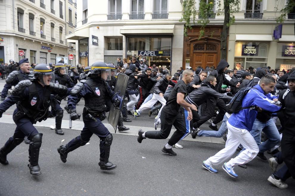 33. FRANCJA, Lyon, 18 października 2010: Policja rozprasza grupę protestujących studentów. AFP PHOTO/PHILIPPE DESMAZES