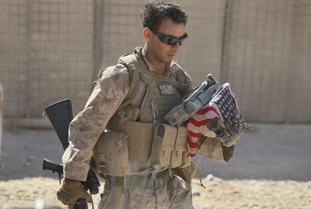 31. AFGANISTAN, Kajaki, 19 października 2010: Żołnierz wraca z patrolu, na którym, w wyniku eksplozji IED, zginął jego przyjaciel. (Foto: Scott Olson/Getty Images)