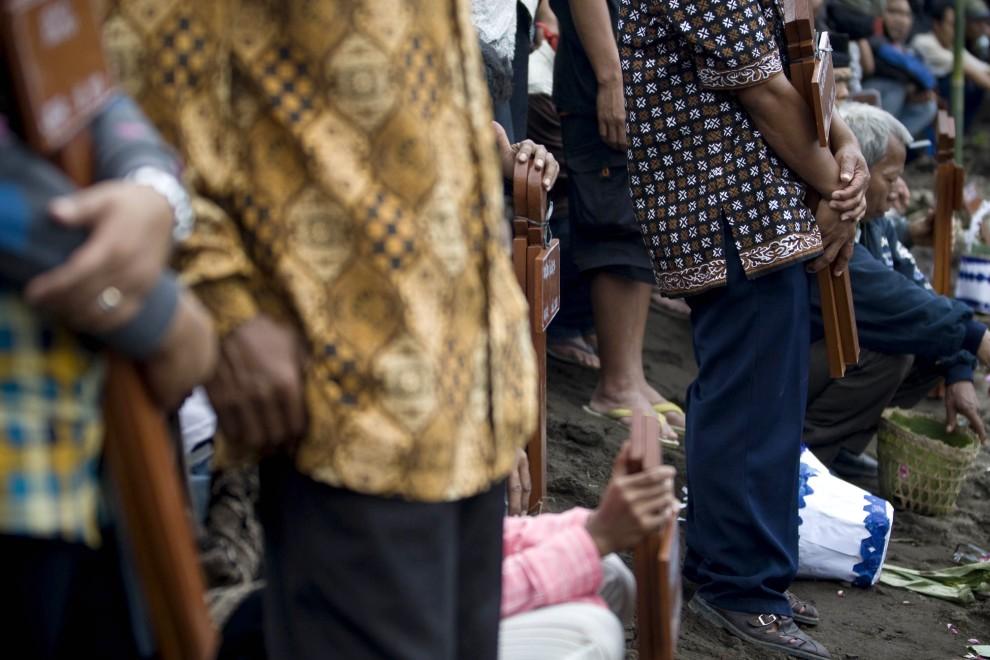 31. INDONEZJA, Yogyakarta, 28 października 2010: Rodziny ofiar uczestniczą w zbiorowym pogrzebie bliskich. (Foto: Ulet Ifansasti/Getty Images)