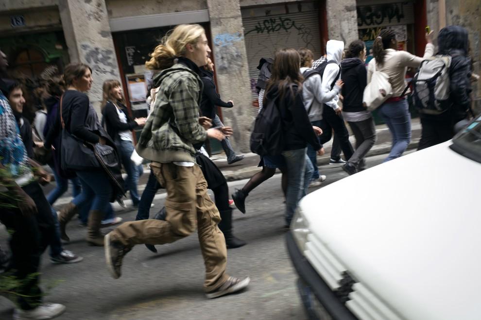 34. FRANCJA, Lyon, 14 października 2010: Licealiści uciekają przed policją podczas demonstracji w Lyonie. AFP / JEAN-PHILIPPE KSIAZEK