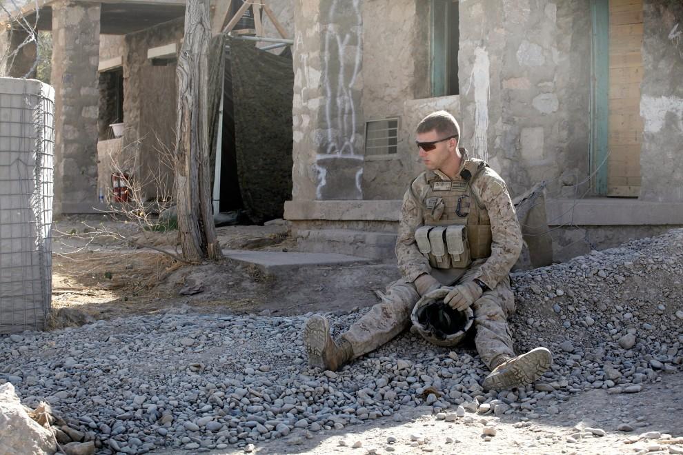 32. AFGANISTAN, Kajaki, 19 października 2010: Amerykański żołnierz na chwilę po śmierci jednego z kolegów. (Foto: Scott Olson/Getty Images)