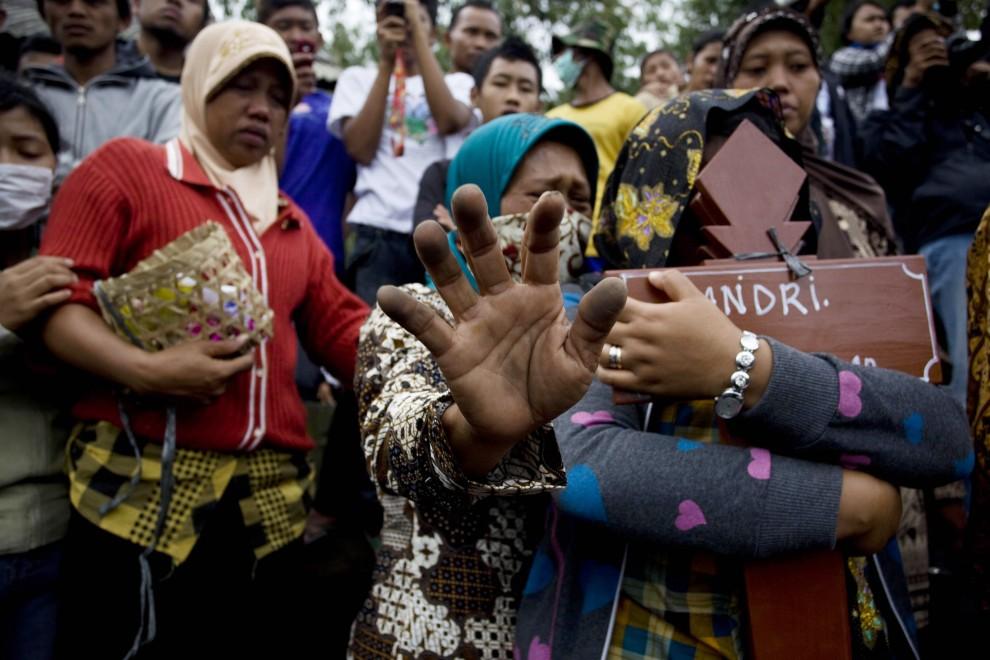 33. INDONEZJA, Yogyakarta, 28 października 2010: Kobiety żegnają bliskich podczas zbiorowego pochówku ofiar wulkanu. (Foto: Ulet Ifansasti/Getty Images)