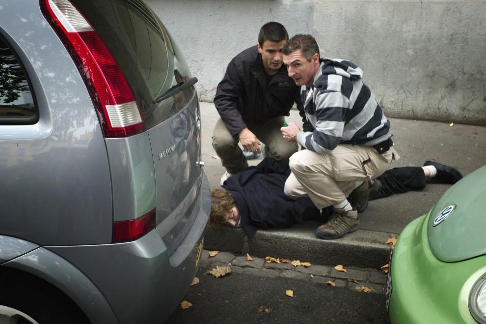 36. FRANCJA, Lyon, 14 października 2010: Licealista aresztowany podczas zamieszek przez policjantów w cywilu. AFP / JEAN-PHILIPPE KSIAZEK