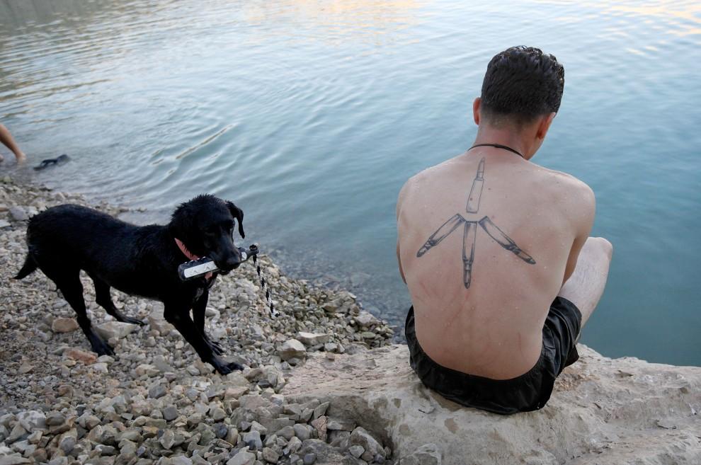 34. AFGANISTAN, Kajaki, 12 października 2010: Amerykański żołnierz nad brzegiem sztucznego zbiornika wodnego w Kajaki. (Foto: Scott Olson/Getty Images)