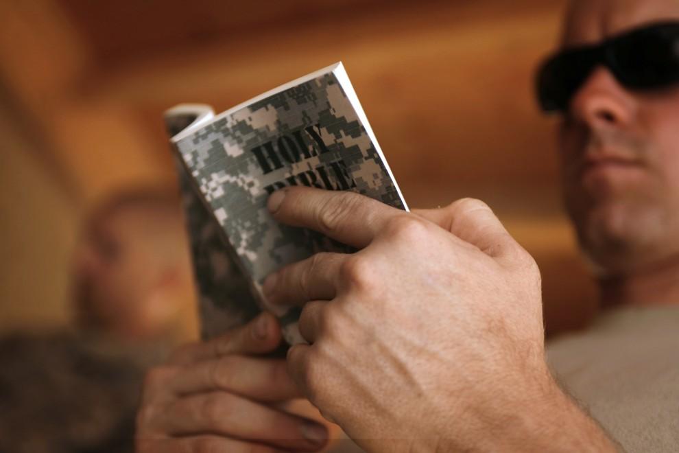 36. AFGANISTAN, Jellawar, 14 września 2010: Amerykański oficer czyta Biblię podczas pobytu w bazie  Nolen. AFP PHOTO/PATRICK BAZ