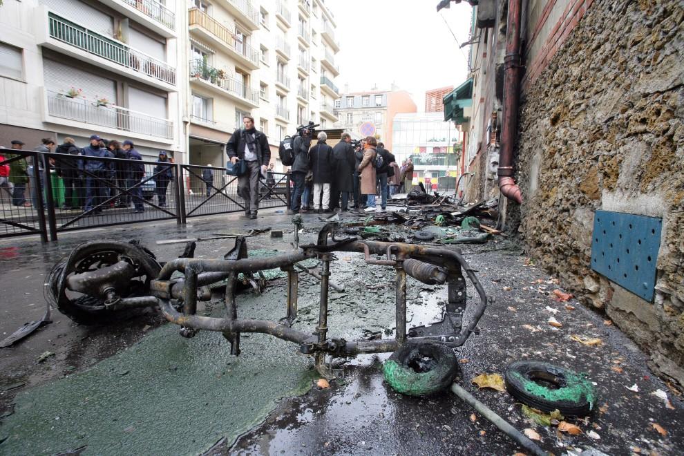 38. FRANCJA, Paryż, 19 października 2010: Pozostałości spalonego podczas zamieszek skutera. AFP PHOTO ALEXANDER KLEIN