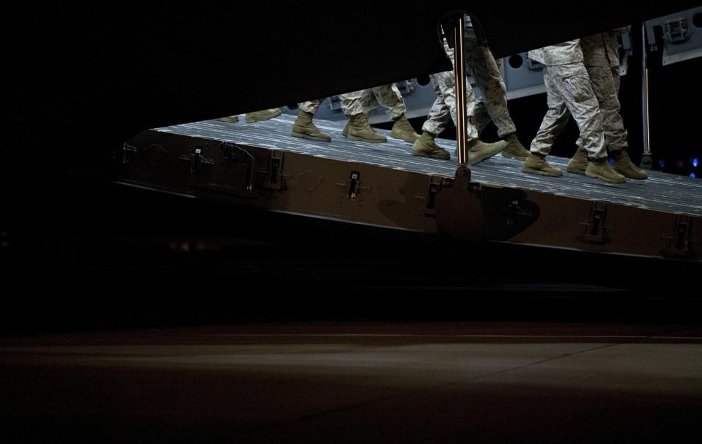 37. USA, Dover, 18 października 2010: Żołnierze wynoszą z luku samolotu transportowego trumnę z ciałem poległego w Afganistanie kolegi. Brendan Smialowski/Getty Images/AFP