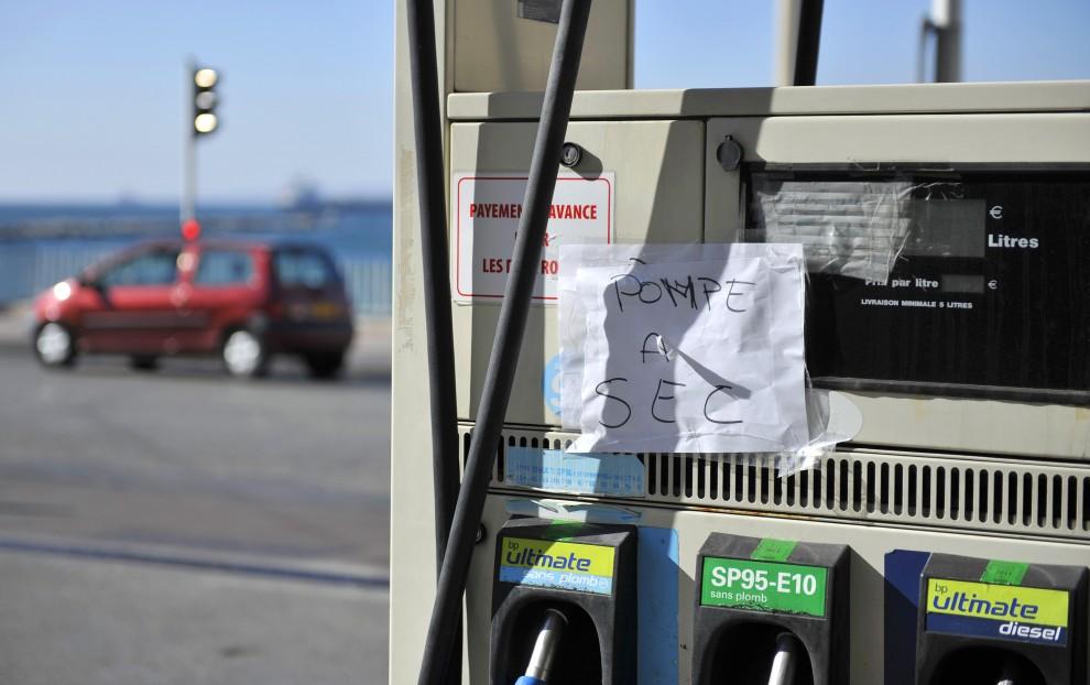 3. FRANCJA, Marsylia, 18 października 2010: Kartka informująca o braku paliwa na jednej ze stacji benzynowych w Marsylii.  AFP PHOTO/GERARD JULIEN