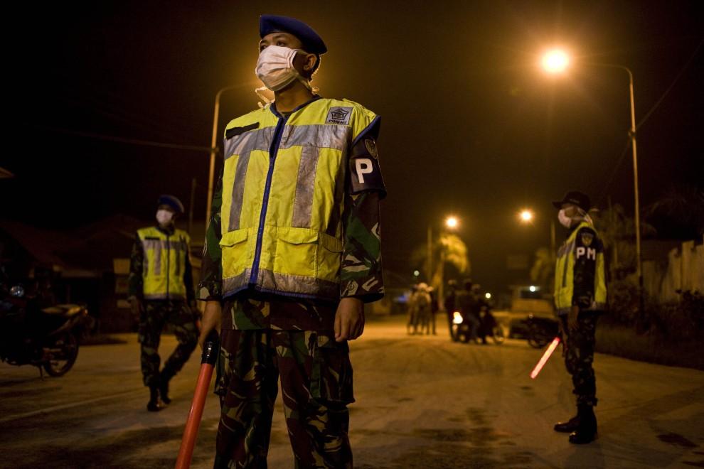 3. INDONEZJA, Yogyakarta, 27 października 2010: Wojskowy patrol na ulicy Yogyakarty. (Foto: Ulet Ifansasti/Getty Images)