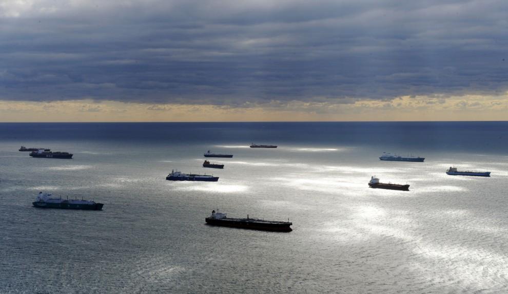 4. FRANCJA, Martigues, 17 października 2010: Tankowce i statki towarowe czekają na wejście do portu, gdzie strajkują pracownicy terminali. AFP PHOTO / ANNE-CHRISTINE POUJOULAT