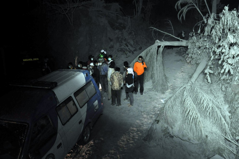 4. INDONEZJA, Sleman, 26 październik 2010: Ekipa ratunkowa szuka ofiar erupcji. AFP PHOTO / ALTAMIRA