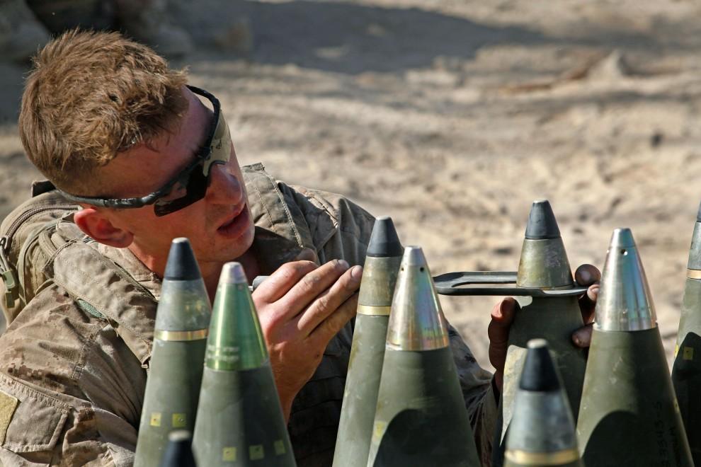 4. AFGANISTAN, Kajaki, 19 października 2010: Amerykański żołnierz przygotowuje amunicję przed rozpoczęciem ostrzału artyleryjskiego. (Foto: Scott Olson/Getty Images)