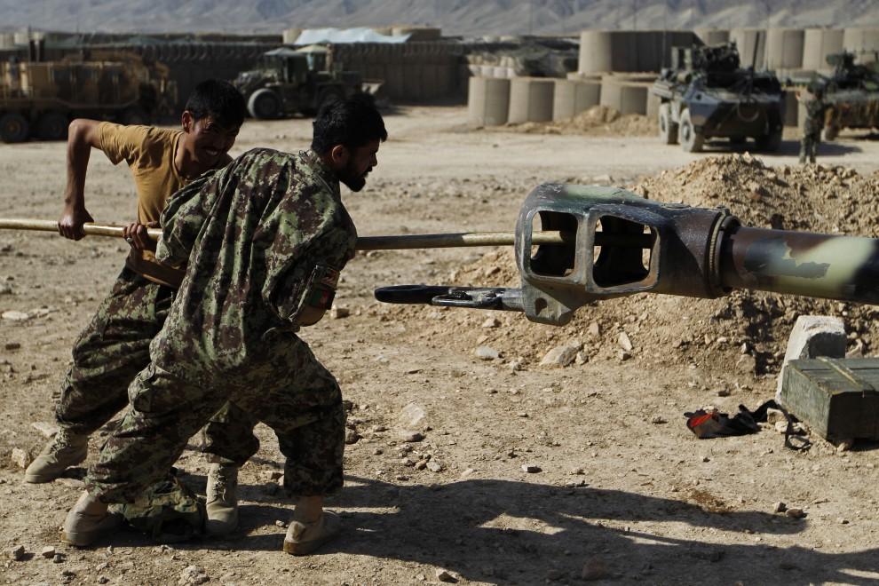 5. AFGANISTAN, Surobi, 23 września 2010: Afgańscy żołnierze czyszczą lufę haubicy D-30 122mm. AFP PHOTO/Joel SAGET