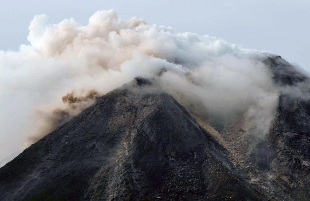5. INDONEZJA, Sleman, 26 październik 2010: Dymiący krater wulkanu Merapi. AFP PHOTO / CLARA PRIMA