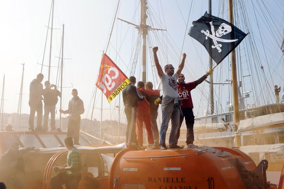 5. FRANCJA, Marseille, 15 październik 2010:  Związkowcy z CGT protestują w porcie w Marsylii. AFP PHOTO /ANNE-CHRISTINE POUJOULAT