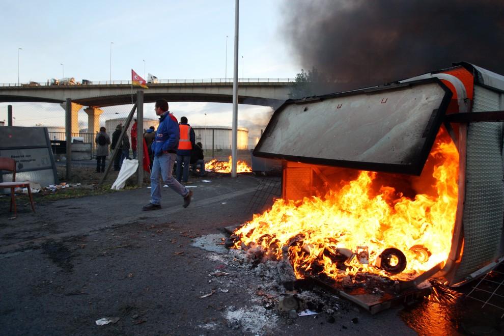 6. FRANCJA, Caen, 18 października 2010: Strajkujący blokują magazyny paliw w porcie. AFP PHOTO KENZO TRIBOUILLARD