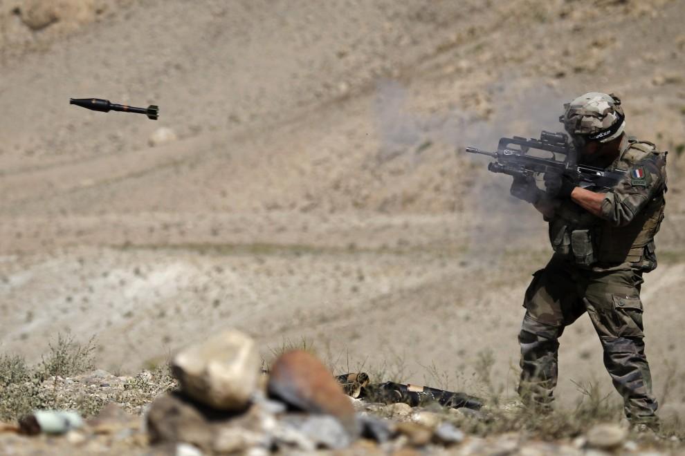 7. AFGANISTAN, Surobi, 24 września 2010: Francuski żołnierz strzela granatem przeciwczołgowym podczas ćwiczeń bojowych.  AFP PHOTO/Joel SAGET