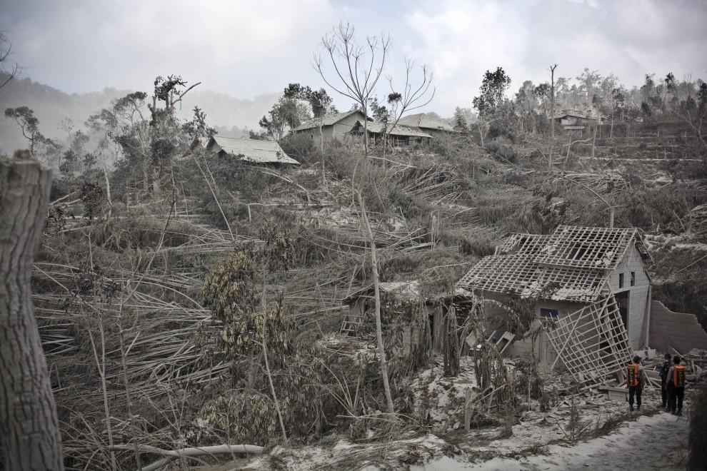 8. INDONEZJA, Yogyakarta, 27 października 2010: Ochotnicy przeszukują zniszczoną wioskę. (Foto: Ulet Ifansasti/Getty Images)