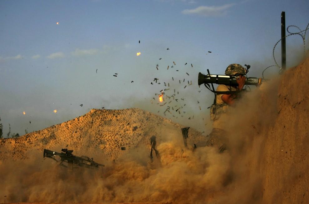 9. AFGANISTAN, Jellawar, 11 września 2010: Amerykański żołnierz ostrzeliwuje pozycje talibów podczas starcia w okolicy Jellawaru. AFP PHOTO/PATRICK BAZ
