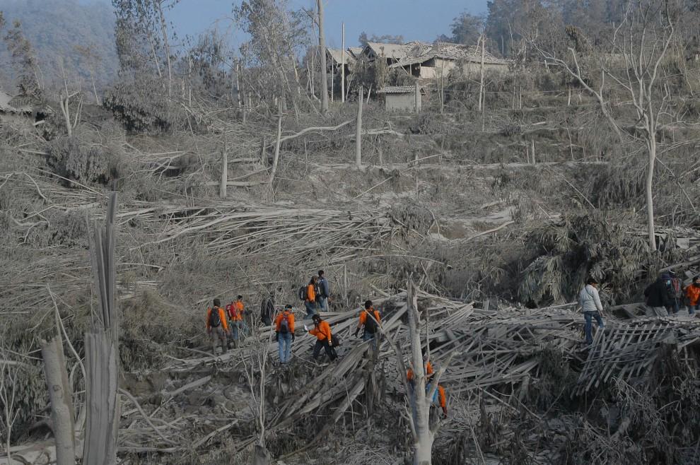 9. INDONEZJA, Sleman, 25 październik 2010: Zniszczone domy na stoku w pobliżu wulkany Merapi. AFP PHOTO / CLARA PRIMA