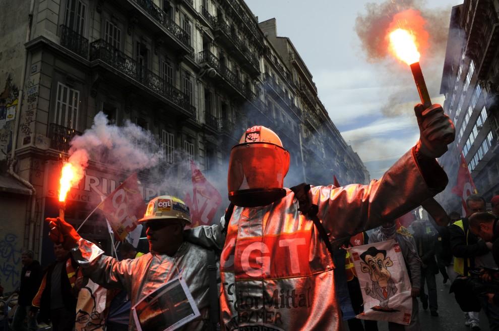 9. FRANCJA, Marsylia, 2010: Stoczniowcy protestują na ulicach Marsylii. AFP PHOTO / ANNE-CHRISTINE POUJOULAT
