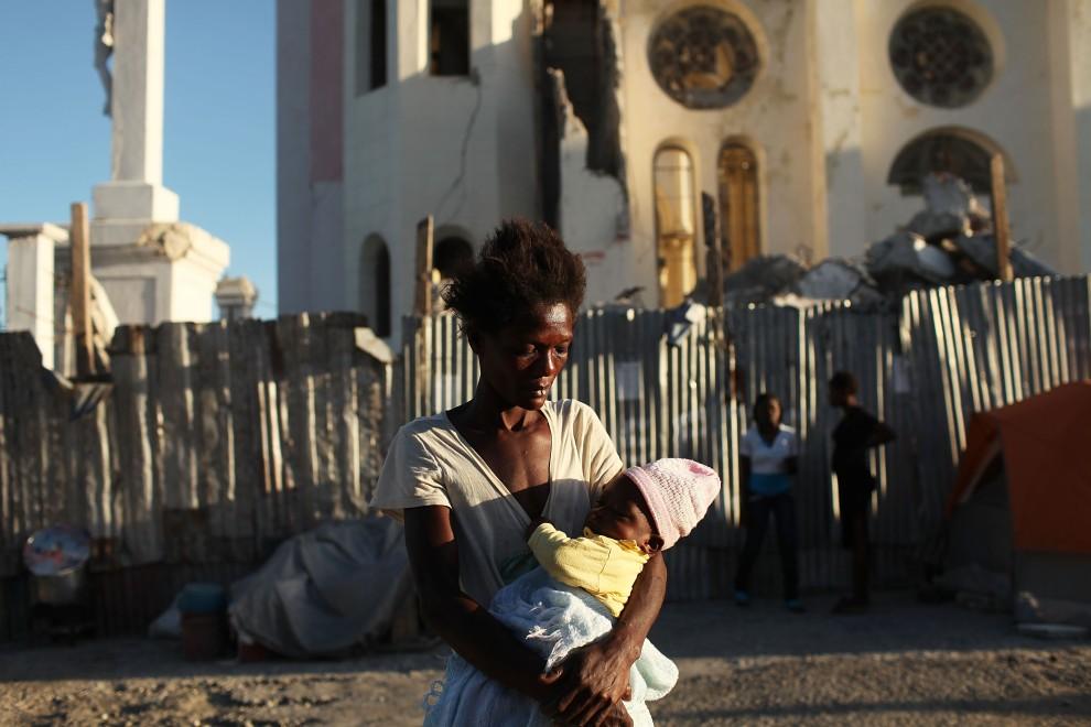 10. HAITI, Port-au-Prince, 2 listopada 2010: Kobieta z dzieckiem przed zniszczoną katedrą w stolicy Haiti. (Foto: Spencer Platt/Getty Images)