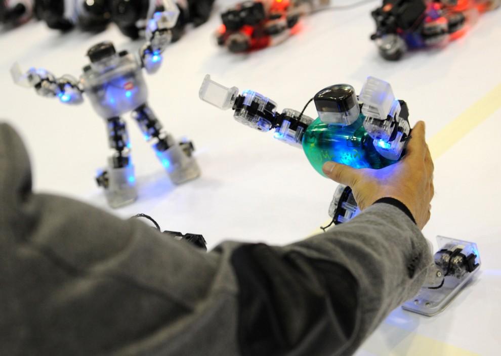 10. KOREA POŁUDNIOWA, Seul, 29 października 2010: Inżynier trzyma robota zaprojektowanego przez jego zespół. AFP PHOTO / PARK JI-HWAN