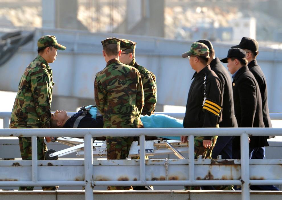 10. KOREA POŁUDNIOWA, Incheon, 24 listopada 2010: Ranny żołnierz ewakuowany z terenów ostrzelanych przez Koreę Północną. AFP PHOTO / KIM JAE-HWAN
