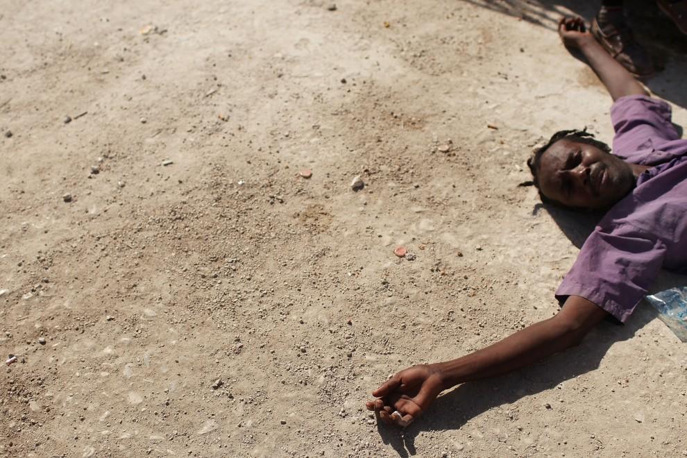 11. HAITI, Port-au-Prince, 2 listopada 2010: Wyznawca voodoo podczas obrzędów w Dzień Zaduszny. (Foto: Spencer Platt/Getty Images)