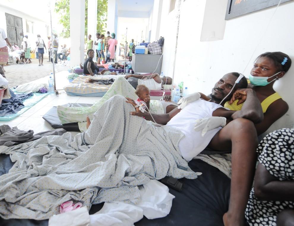 11. HAITI, Port-au-Prince, 22 października 2010: Chorzy wraz z rodzinami w szpitalu na północy Port-au-Prince. AFP PHOTO Thony BELIZAIRE