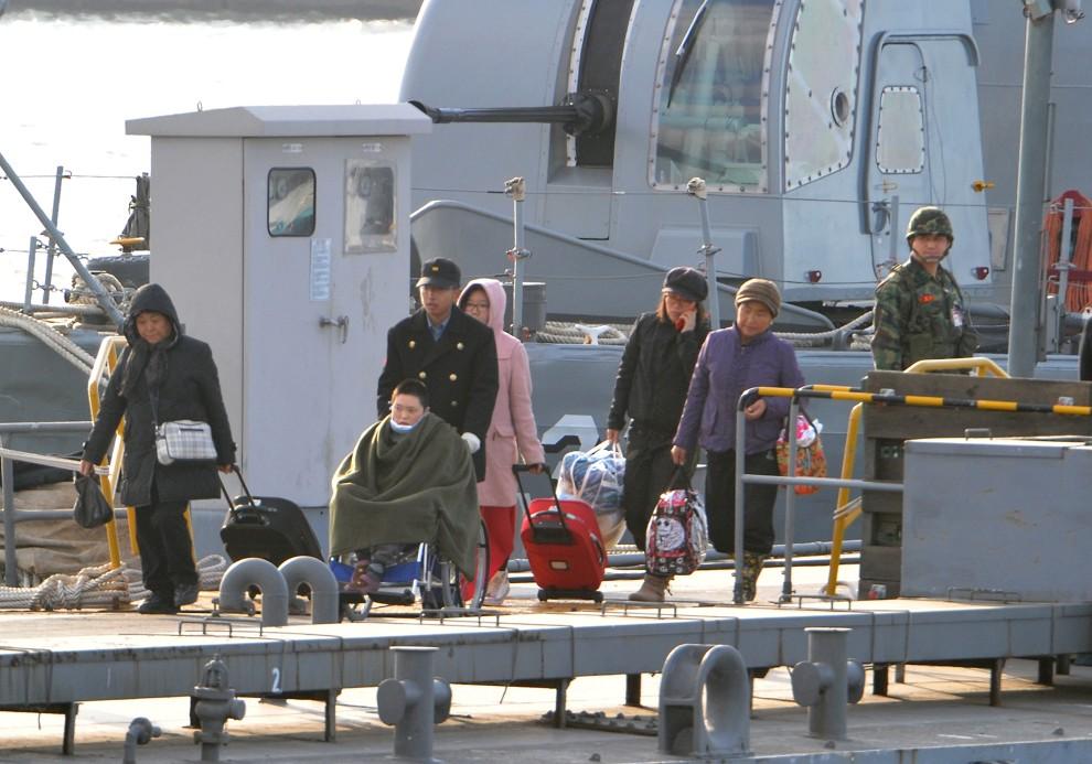 11. KOREA POŁUDNIOWA, Incheon, 24 listopada 2010: Ranni i cywile ewakuowani z wyspy Yeonpyeong. AFP PHOTO / KIM JAE-HWAN