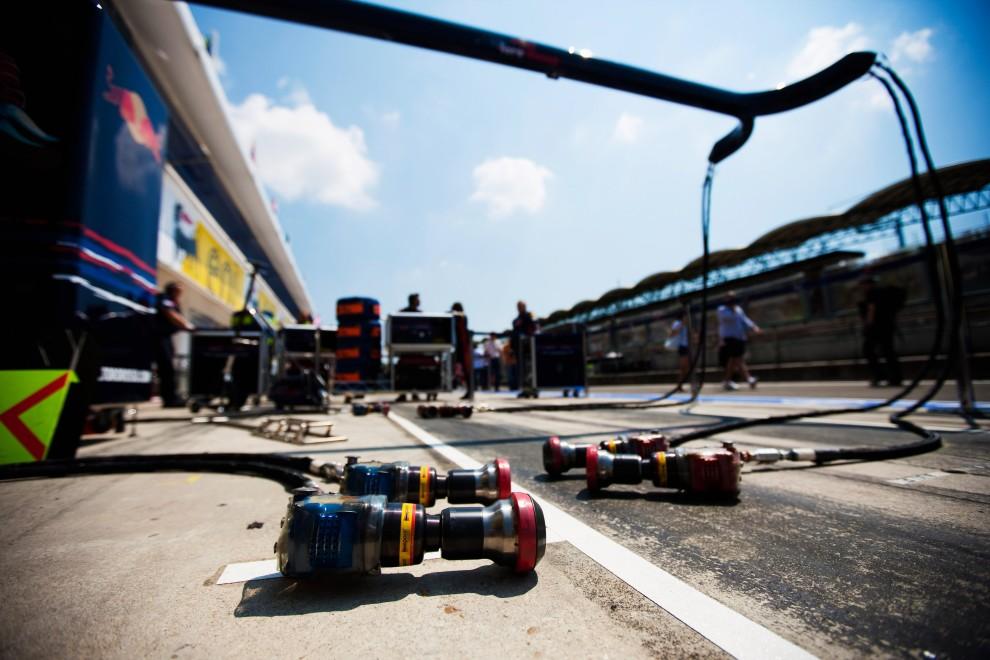 12. WĘGRY, Budapeszt, 1 sierpnia 2010: Widok z garażu zespołu Scuderia Toro Rosso. (Foto: Peter Fox/Getty Images)