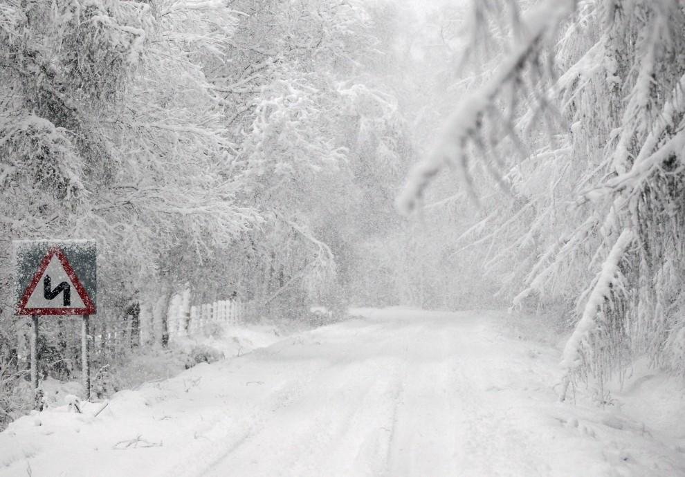 12. SZKOCJA, Stirling, 28 listopada 2010: Lokalna droga w pobliżu Stirling w zimowej scenerii. (Foto: Jeff J Mitchell/Getty Images)