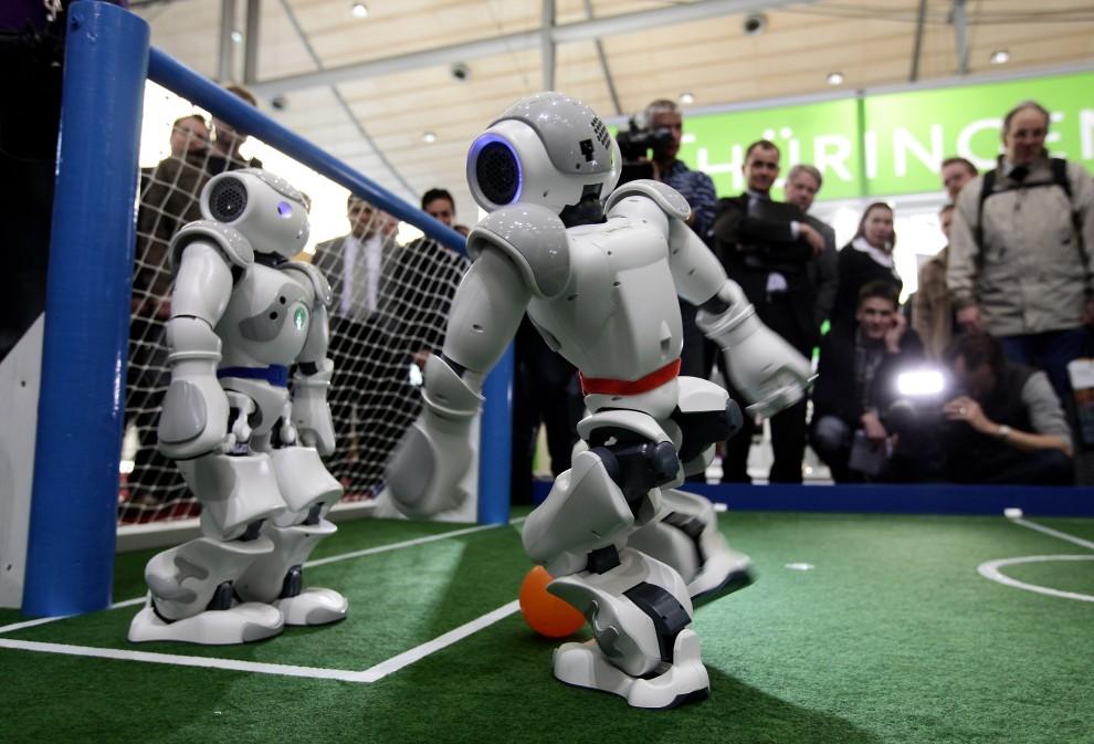 12. NIEMCY, Hanower, 2 marca 2010: Mecz piłki nożnej rozgrywany przez roboty podczas targów CeBIT. (Foto: Sean Gallup/Getty Images)