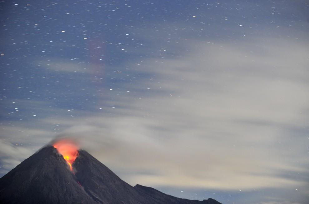 12. INDONEZJA, Cangkringan, 1 listopada 2010: Merapi na tle wieczornego nieba, widziany z wioski  Cangkringan. AFP PHOTO / ADEK BERRY