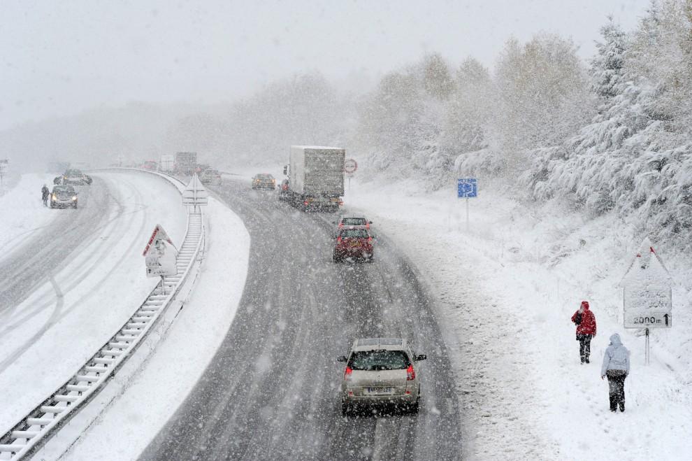 13. FRANCJA, Razes, 27 listopada 2010: Zaśnieżona autostrada A20 łącząca Oksytanię z Paryżem. AFP PHOTO PASCAL LACHENAUD