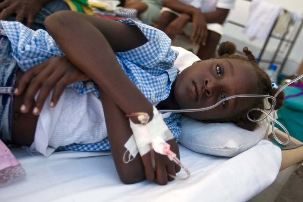 13. HAITI, St. Marc, 25 października 2010: Dziewczynka zakażona cholera leży na podwórzu szpitala Św. Mikołaja. (Foto: Sophia Paris/MINUSTAH via Getty Images)
